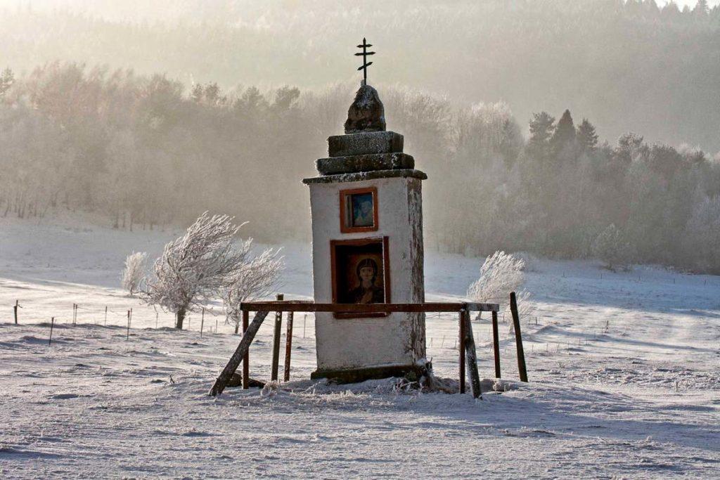 Kapliczka otulona zimą fot. Piotr Basałyga